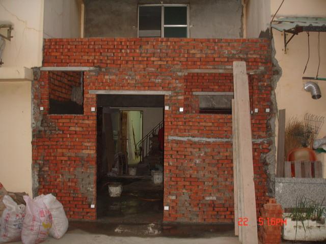 房屋改建,砌砖工程 整栋房子屋主只用一楼前厅,房屋改建 高清图片